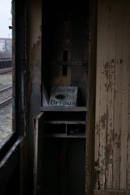 Uvnitř vlaku na opuštěném brněnským nádraží