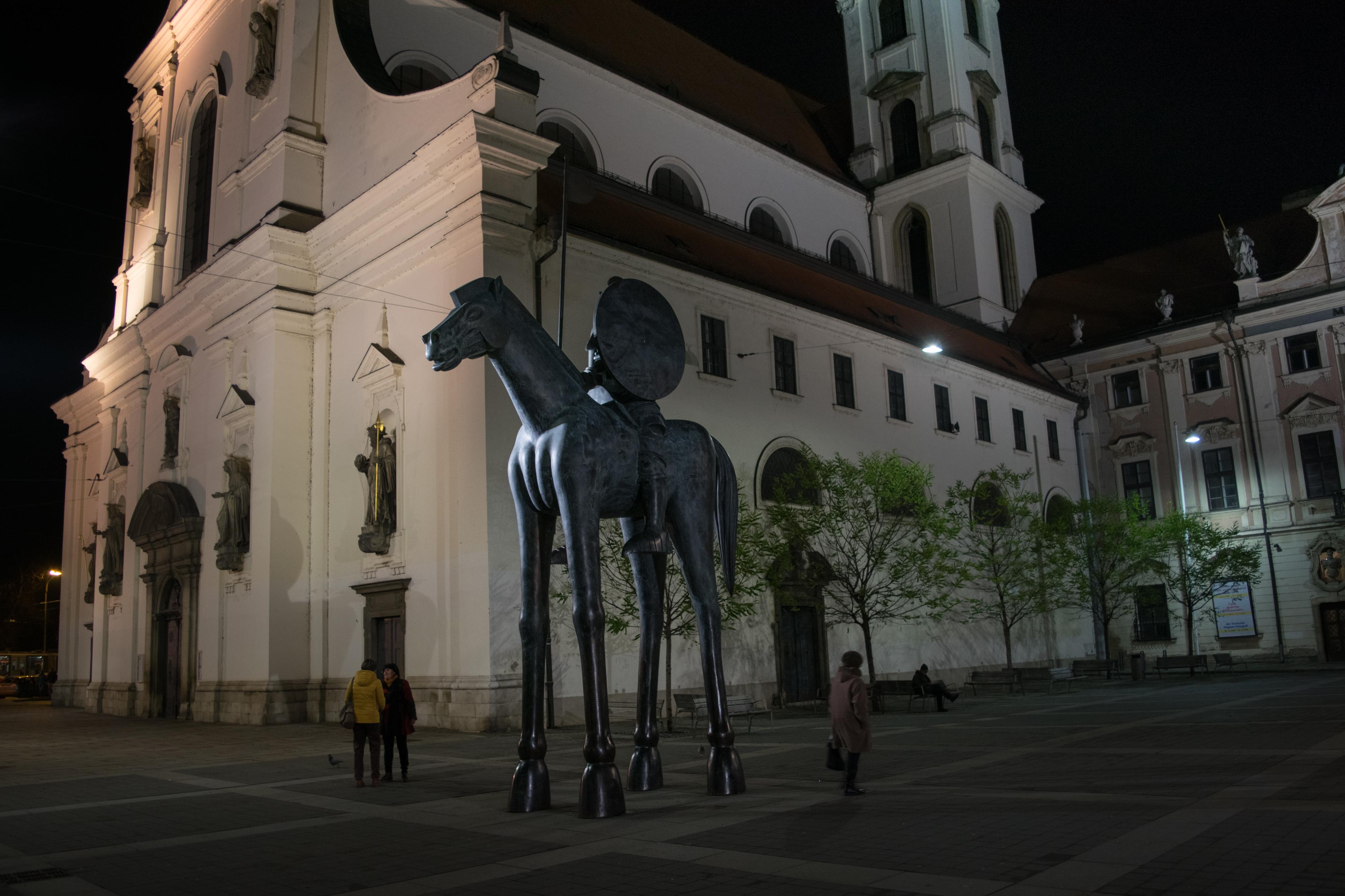 Socha Jošta Lucemburského stojí na Moravském náměstí