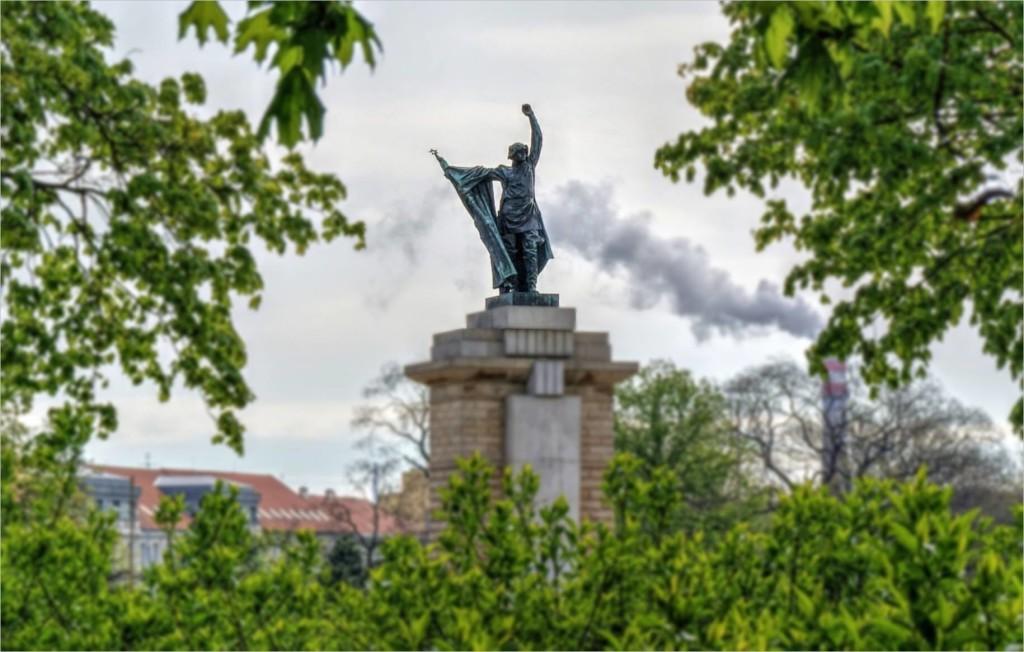 Pomník rudoarmějce na Moravském náměstí.