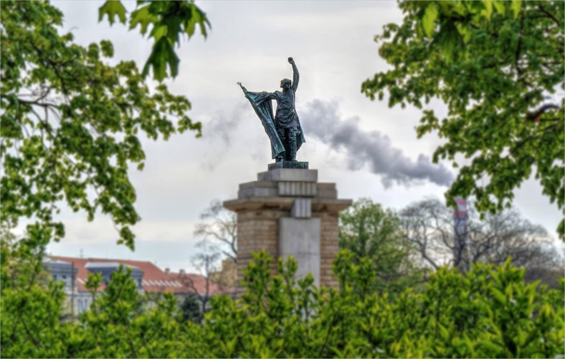 Pomník rudoarmějce na Moravském náměstí – ZAJÍMAVOST DNE