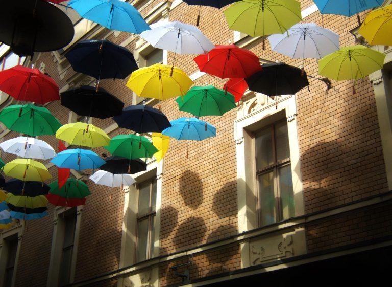 Barevné deštníky nad ulicí Česká