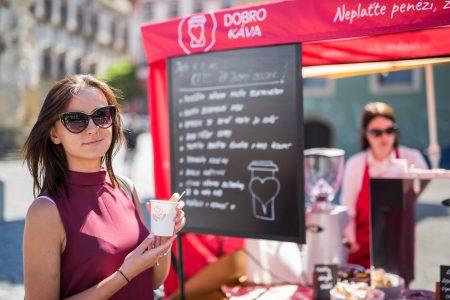 Na Zelným trhu zaplatíte za kávu dobrým skutkem