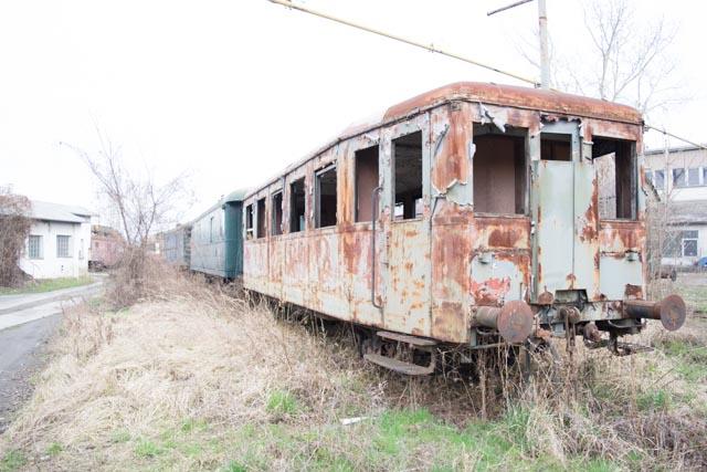Zničené vlaky na opuštěném brněnském nádraží