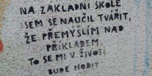 Zpomal vyzývají kreativní nápisy v okolí brněnské Kamenné kolonie